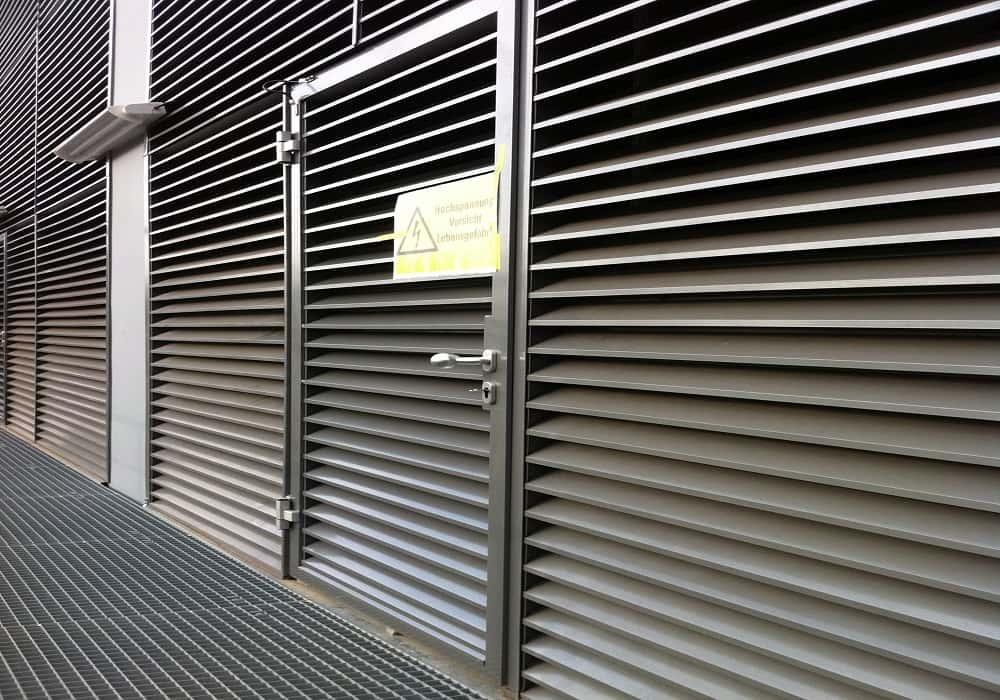 Fassadengitter mit Tür